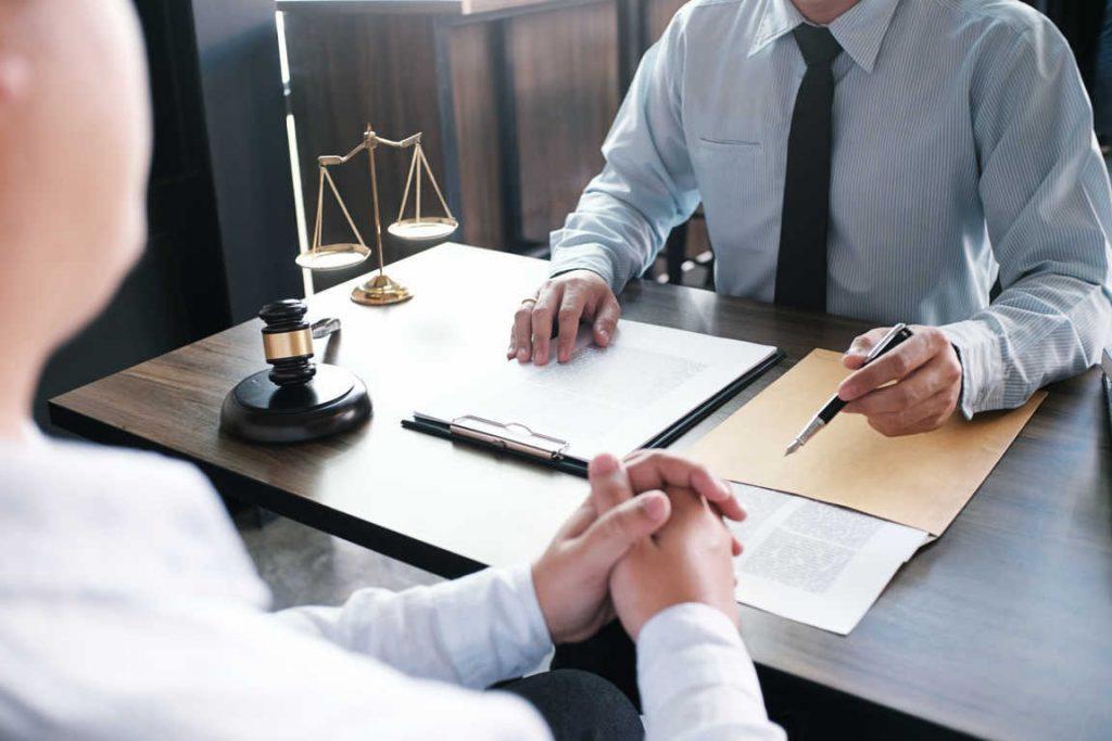 Los bufetes de abogados en lucha para contratar a los mejores